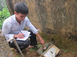 Xóm Nai, xã Thung Nai quản lý mức tiêu thụ nước của hộ dân qua đồng hồ lắp đặt.