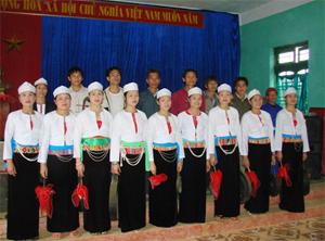 Đội văn nghệ xã Ngọc Sơn (huyện Lạc Sơn) thường dàn dựng, biểu diễn các tiết mục văn nghệ có âm hưởng dân ca Mường.