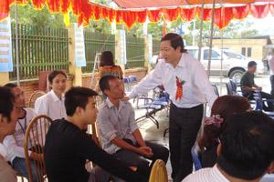 Đồng chí Bùi Văn Cửu, Phó Chủ tịch TT UBND tỉnh hỏi thăm, động viên những người đang điều trị tại cơ sở methadone TPHB.