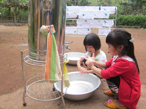 Rửa tay sạch với xà phòng giúp phòng, tránh bệnh lây truyền qua đường phân - miệng (trẻ em trường mầm non Thung Nai (Cao Phong) thực hành các bước rửa tay với xà phòng).