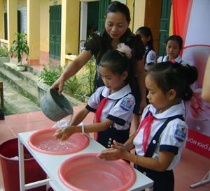 Học sinh trường tiểu học xã Tu Lý (Đà Bắc) thực hiện hành vi rửa tay với xà phòng để phòng bệnh.