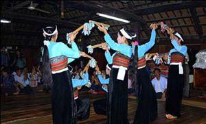 Khác du lịch đến với Mai Châu được vui cùng những vòng xòe của các thiếu nữ Thái.