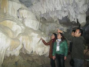 Du khách thăm quan Chùa Tiên, xã Phú Lão (Lạc Thuỷ).