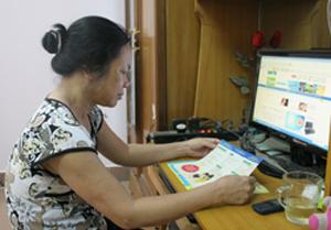 Bà Nguyễn Thị Xuyến tìm hiểu, trang bị thêm kiến thức về chính sách DS-KHHGĐ.