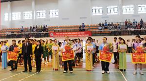 Các đồng chí lãnh đạo Sở TM&MT tỉnh Hoà Bình và tỉnh Sơn La tặng hoa và cờ cho các đơn vị tham gia giải.