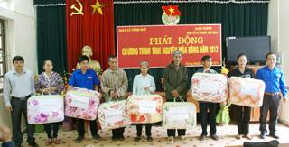 Lãnh đạo trường trung cấp KT – KT Hoà Bình tặng quà cho 7 hộ gia đình chính sách và hộ nghèo xã Thống Nhất.