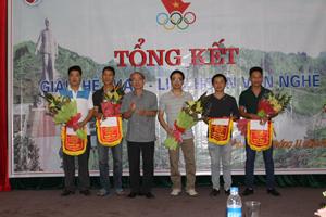 Lãnh đạo Sở TN&MT Hoà Bình trao giải cho các VĐV đoạt giải nội dung bóng bàn đôi nam.