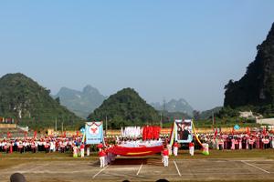 Màn biểu diễn biểu dương lực lượng tại lễ khai mạc Đại hội TDTT huyện Cao Phong lần thứ IV năm 2013.