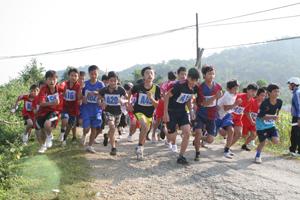 Các VĐV nam trẻ xuất phát tranh tài tại giải việt dã huyện Đà Bắc năm 2013.