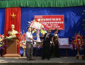 Đồng chí Hoàng Văn Đức, TVTU, Bí thư Huyện ủy Lương Sơn tặng lẵng hóa chúc mừng ngày hội đại đoàn kết toàn dân tộc xóm Đoàn Kết (Lâm Sơn).