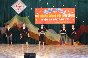 Một tiết mục văn nghệ của xã Tân Minh tại hội diễn NTQC huyện Đà Bắc năm 2013.