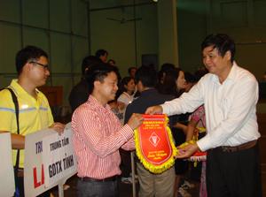 Lãnh đạo Sở GD&ĐT trao cờ lưu niệm cho các đoàn VĐV cề dự giải.