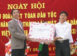 Đồng chí Hoàng Văn Tứ, TVTU, Giám đốc Sở NN&PTNT  trao quà của Tỉnh uỷ, HĐND, UBND, UBMTTQ tỉnh cho nhân dân xóm Mí, xã Đa Phúc (Yên Thuỷ).