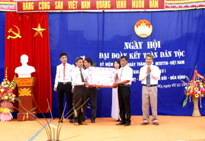 Thay mặt lãnh đạo tỉnh, đồng chí Hoàng Thanh Mịch, UVBTV, Trưởng Ban Tuyên giáo Tỉnh ủy trao quà của tỉnh cho nhân dân xóm Mỵ, xã Mỵ Hoà (Kim Bôi).