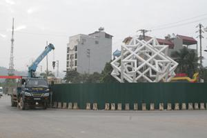Công trình đảo giao thông tại ngã giao nhau giữa đường Chi Lăng và đường Trần Hưng Đạo (TPHB) đang được đơn vị thi công gấp rút triển khai phấn đấu bàn giao trước Ngày hội.