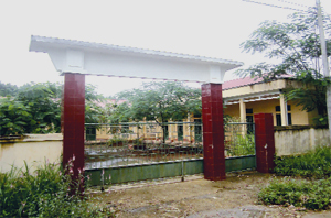 Nhà lớp học ở Mai Sơn, xã Yên Nghiệp (Lạc Sơn) được đầu tư xây dựng kiên cố, khang trang vẫn bỏ hoang gây lãng phí tiền của Nhà nước.