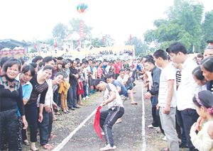 Một trận đấu vòng loại giải kéo co (Đại hội TD-TT huyện Kỳ Sơn năm 2013) thu hút sự cổ vũ của đông đảo người dân.