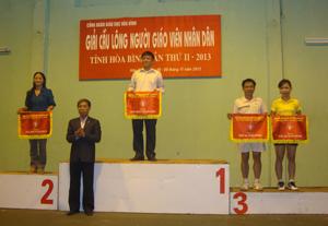 Lãnh đạo Sở GD&ĐT tỉnh trao cờ nhất, nhì, ba toàn đoàn cho cho các đơn vị đoạt giải cao.