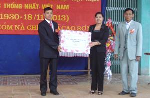Đồng chí Hoàng Thị Chiển, Ủy viên TVTU, Trưởng Ban Dân vận Tỉnh uỷ tặng quà xóm Nà Chiếu (Đà Bắc ).