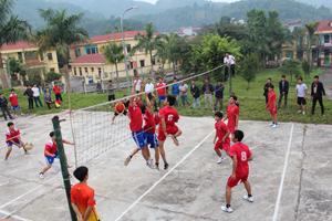 Trận thi đấu giữa 2 đội bóng chuyền nam xã Vầy Nưa và Hiền Lương,