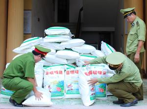 Tổ công tác lập biên bản xử phạt, tịch thu lô mì chính Trung Quốc vi phạm.