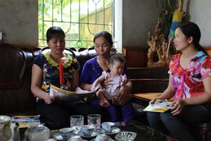 Chị Nguyễn Thị Bích, chủ nhiệm CLB (người ngồi ngoài cùng trên trái) tư vấn các biện pháp tránh thai cho phụ nữ từ 15 - 49 tuổi trong độ tuổi sinh đẻ.