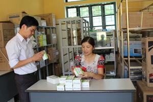 Cán bộ trung tâm DS/KHHGĐ huyện Cao Phong kiểm tra thuốc, vật tư trước khi triển khai chiến dịch tại các xã.