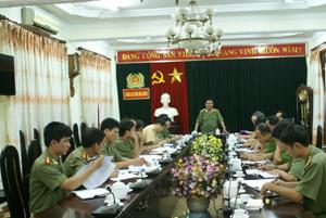 Thiếu tướng Bùi Đức Sòn, Giám đốc Công an tỉnh phát biểu tại hội nghị.