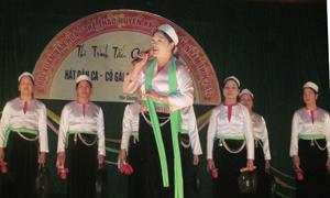 Đội văn nghệ xã Mông Hóa (Kỳ Sơn) biểu diễn màn cồng chiêng và hát dân ca tại địa điểm tổ chức Hội xuân hàng năm.