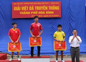 Lãnh đạo Trung tâm VHTT thành phố trao cờ cho các đội đạt giải.