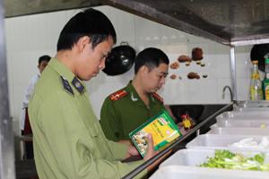 Kiểm tra tại khu vực chế biến nhà hàng Quán Ngon, phường Tân Thịnh (thành phố Hòa Bình)