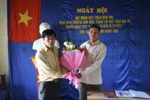 Đại diện UBND xã Thống Nhất, Thành phố Hòa Bình tặng hoa động viên nhân dân xóm Đồng Khụ