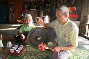 Gia đình ông Bùi Văn Nỉ, xóm Rú 6, xã Xuân Phong (Cao Phong) lưu giữ chiêng cổ và tham gia trình diễn trong các lễ hội.