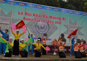 Nhiều tiết mục văn nghệ đặc sắc được trình diễn trong lễ hội Khai hạ Mường Bi năm 2013.