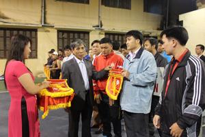 Lãnh đạo Sở giáo dục và Đào tạo trao cờ lưu niệm cho các đoàn tham dự giải.