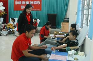 Các tình nguyện viên tham gia hiến máu.