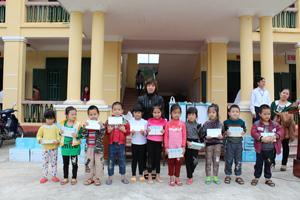 Các cháu trường mần non Dân Chủ (TP. Hoà Bình) nhận sữa của nhà tài trợ.