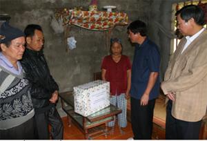 Đồng chí Trần Đăng Ninh, Phó Chủ tịch UBND tỉnh thăm hỏi, tặng quà gia đình bà  Nguyễn Thị Khánh có 2 con bị tai nạn giao thông trở thành người tàn tật suốt đời.