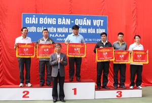 Lãnh đạo Sở GD&ĐT trao cờ cho các đơn vị đạt giải toàn đoàn.
