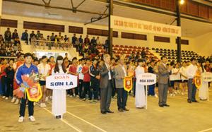 Các đồng chí lãnh đạo Bộ VH, TT&DL và Sở VH, TT&DL tỉnh trao hoa và cờ cho các đoàn.