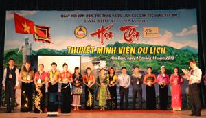 Các thí sinh thi thuyết minh viên du lịch ra mắt chào khán giả và du khách.