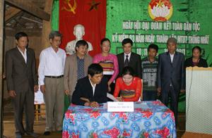 Đại diện các hộ gia đình ký cam kết thi đua thực hiện 5 nội dung của cuộc vận động toàn dân đoàn kết xây dựng đời sống văn hoá ở khu dân cư.