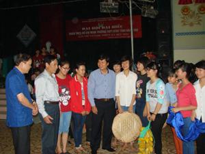 Đồng chí Trần Đăng Ninh, Phó Chủ tịch UBND tỉnh Hòa Bình gặp gỡ, trò chuyện với các diễn viên quần chúng tham gia màn nghệ thuật chuẩn bị cho Ngày hội.
