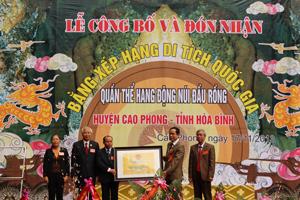 Đồng chí Nguyễn Văn Quang, Phó Bí thư TT Tỉnh ủy, Chủ tich HĐND tỉnh trao bằng xếp hạng di tích cấp quốc gia cho lãnh đạo huyện Cao Phong