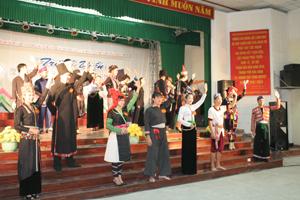 Màn chào hỏi của 26 thí sinh tại Hội thi trình diễn trang phục các dân tộc vùng Tây Bắc.