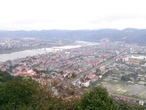 Toàn cảnh TP Hòa Bình đang phát triển hai bên bờ sông Đà.  Ảnh: PV