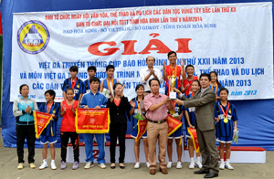 Đồng chí Đinh Văn Ổn, TBT Báo Hòa Bình trao cúp vô địch giải Việt dã truyền thống Cúp Báo Hoà Bình năm 2013 cho huyện Đà Bắc.