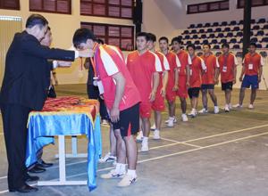 Lãnh đạo Vụ thể thao quần chúng và lãnh đạo Sở VH,TT & DL trao huy chương cho các vận động viên đạt giải nội dung kéo co.
