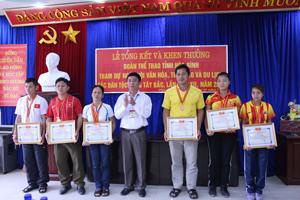 Lãnh đạo Sở VH, TT & DL trao giấy khen cho cá nhân, tập thể đạt thành tích cao tại Ngày hội.