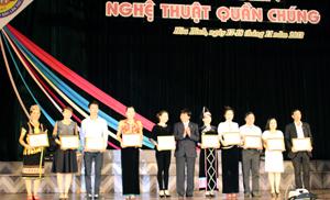 Đồng chí Trần Đăng Ninh, Phó Chủ tịch UBND tỉnh, Trưởng Ban tổ chức Ngày hội trao giải A cho các tiết mục tại Liên hoan nghệ thuật quần chúng.